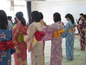 きもの授業でゆかたの着方とマナーを学ぶ
